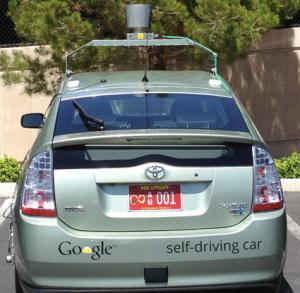 Czerwone tablice rejestracyjne samojezdnego auta Google